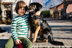 Boy playing with his best friend, his pet dogの写真素材 [FYI03568376]