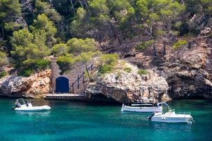 Motor boats moored off coast, Cala Figuera, Majorca bay, Spainの写真素材 [FYI03568437]