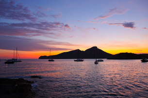 Silhouetted view of Dragonera Island at sunset, Majorca, Spainの写真素材 [FYI03568487]