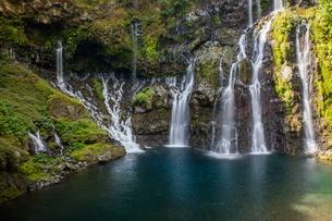 Rainforest waterfall flowing over rocks, Reunion Islandの写真素材 [FYI03568551]