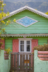 Traditional green painted wooden house, Reunion Islandの写真素材 [FYI03568566]