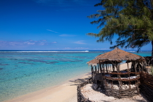 View of Indian Ocean and beach hut, Reunion Islandの写真素材 [FYI03568584]