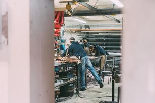 Metalwork team working in forge workshopの写真素材 [FYI03569167]