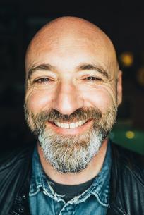 Portrait of mature man, indoors, smiling, close-upの写真素材 [FYI03569237]