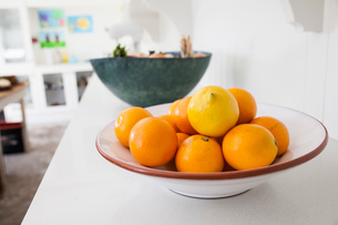 Bowl of fresh oranges on kitchen counterの写真素材 [FYI03569333]
