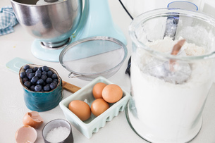 Food mixer, blueberries and carton of eggs on kitchen counterの写真素材 [FYI03569356]