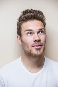 Studio portrait of handsome mid adult man with hair quiffの写真素材 [FYI03569434]