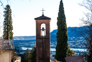 Elevated of bell tower, mountains and lake, Italyの写真素材 [FYI03569519]