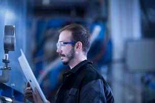 Engineer checking pressure gaugeの写真素材 [FYI03569532]