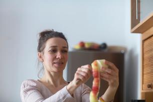 Woman peeling appleの写真素材 [FYI03569742]