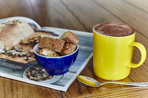 Still life of hot chocolate with sweet snack in bowlの写真素材 [FYI03569770]
