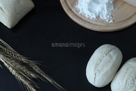 焼く前のパンの写真素材 [FYI03569785]