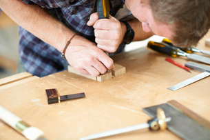 Man working in carpentry workshop, close-upの写真素材 [FYI03569844]