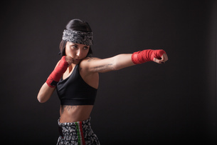Portrait of young woman in fighting stanceの写真素材 [FYI03569856]