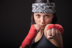 Portrait of young woman in fighting stanceの写真素材 [FYI03569858]