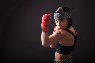 Portrait of young woman in fighting stanceの写真素材 [FYI03569859]