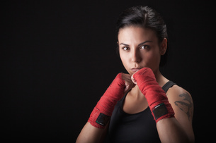 Portrait of young woman in fighting stanceの写真素材 [FYI03569861]