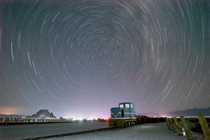 Stars motion, Chaka Salt Lake, Haixi, Qinghai Province, Chinaの写真素材 [FYI03569938]
