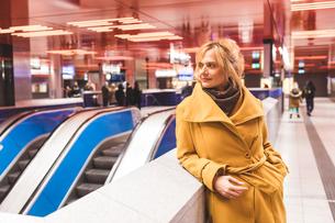 Woman waiting in underground stationの写真素材 [FYI03570134]