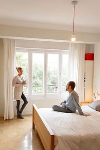Mid adult couple in bedroom, having disagreementの写真素材 [FYI03570548]