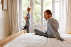 Mid adult couple in bedroom, having disagreementの写真素材 [FYI03570552]