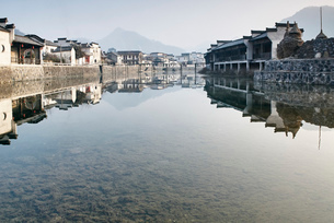 Traditional houses by river, Hongcun Village, Anhui Province, Chinaの写真素材 [FYI03570641]