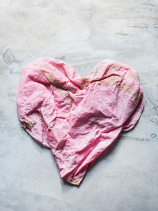 Studio shot, overhead view of pink heart shaped clothの写真素材 [FYI03570666]