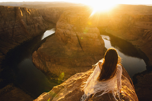 Woman relaxing and enjoying view, Horseshoe Bend, Page, Arizona, USAの写真素材 [FYI03570942]