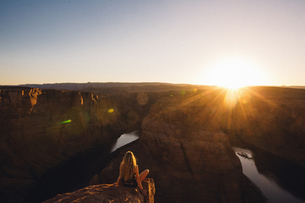 Woman relaxing and enjoying view, Horseshoe Bend, Page, Arizona, USAの写真素材 [FYI03570943]