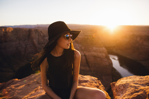Woman relaxing and enjoying view, Horseshoe Bend, Page, Arizona, USAの写真素材 [FYI03570945]