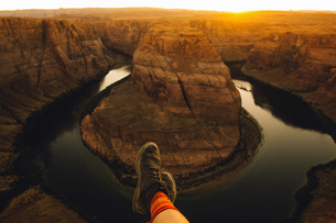 Person relaxing and enjoying view, Horseshoe Bend, Page, Arizona, USAの写真素材 [FYI03570946]