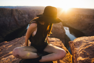 Woman looking sideways at view, Horseshoe Bend, Page, Arizona, USAの写真素材 [FYI03570947]