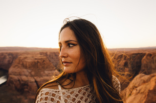 Woman looking sideways at view, Horseshoe Bend, Page, Arizona, USAの写真素材 [FYI03570950]
