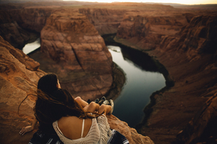 Women relaxing and enjoying view, Horseshoe Bend, Page, Arizona, USAの写真素材 [FYI03570951]