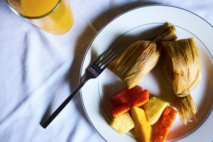 Overhead view of plate with leaf wrapped food and vegetables,  Antigua, Guatemalaの写真素材 [FYI03571005]