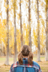 Rear view of woman looking away at trees, Washington, USAの写真素材 [FYI03571072]