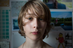 Portrait of young boy at homeの写真素材 [FYI03571475]