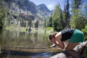 Hiker washing face in stream, Enchantments, Alpine Lakes Wilderness, Washington, USAの写真素材 [FYI03571505]