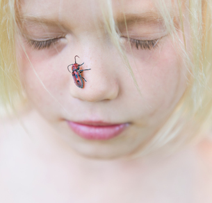 Boy with insect on noseの写真素材 [FYI03571642]
