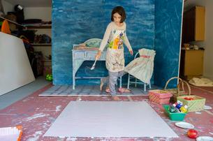 Girl in garage creating set designの写真素材 [FYI03571921]