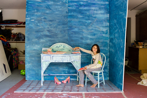 Girl in garage sitting in set designの写真素材 [FYI03571922]