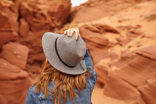 Woman looking at view, rear view, Page, Arizona, USAの写真素材 [FYI03572111]