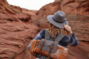 Woman hiking, rear view, Page, Arizona, USAの写真素材 [FYI03572115]