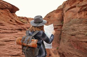 Woman looking at map, rear view, Page, Arizona, USAの写真素材 [FYI03572116]