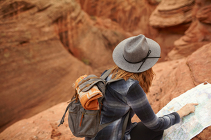 Woman looking at map, rear view, Page, Arizona, USAの写真素材 [FYI03572117]