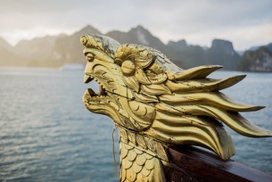 Close-up detail of dragon head on boat at sunrise, Ha Long Bay, Vietnamの写真素材 [FYI03572220]