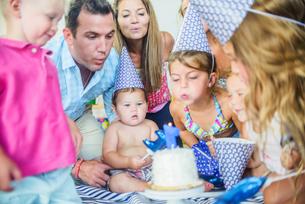 Family at birthday celebrationの写真素材 [FYI03572465]