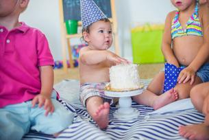 Family at birthday celebrationの写真素材 [FYI03572467]