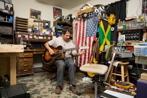 Man playing guitarの写真素材 [FYI03572498]