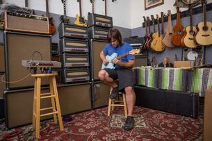 Man playing guitarの写真素材 [FYI03572507]